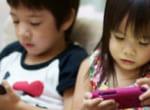 Tác hại khi cho trẻ xem điện thoại nhiều - trẻ em xem điện thoại nhiều - giầy tập đi attipas.vn